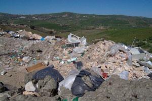 discarica illegale di rifiuti in sicilia: una delle attività preferite dall' ecomafia